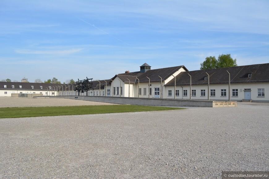 Бывшее здание обслуживания концлагеря, здесь сейчас представлена главная экспозиция. На площади перед зданием каждый день утром и вечером проходил пересчет заключенных.