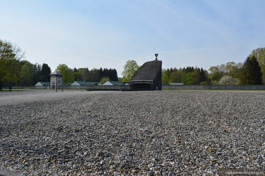 Еврейская Мемориал. За забором - бывший лагерь СС.