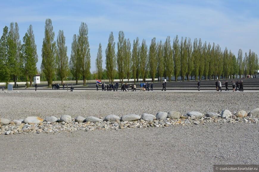 Лагерь был освобожден американскими солдатами 29 апреля 1945 года. Мы были здесь 29 апреля 2015 года, спустя ровно 70 лет. Перед самым закрытием (17-00) началась церемония памяти узников и жертв концентрационного лагеря Дахау.