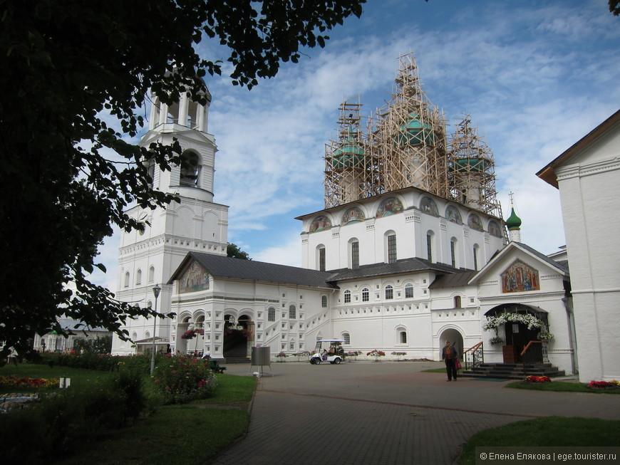Введенский собор и Крестовоздвиженский храм соеденены между собой внутренним переходом.