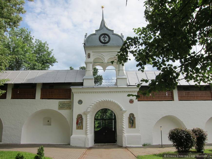 Вход в кедровник Толгского монастыря, который открывается для посетителей только 1 раз в год 21 августа - Толгин день. Это памятник природы, который строго охраняется.