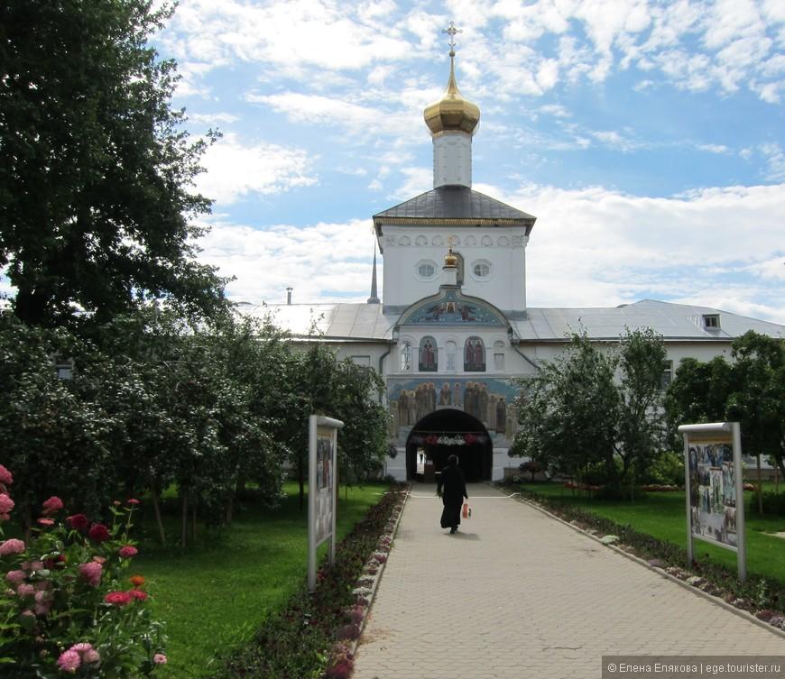 Святые врата и Никольский храм
