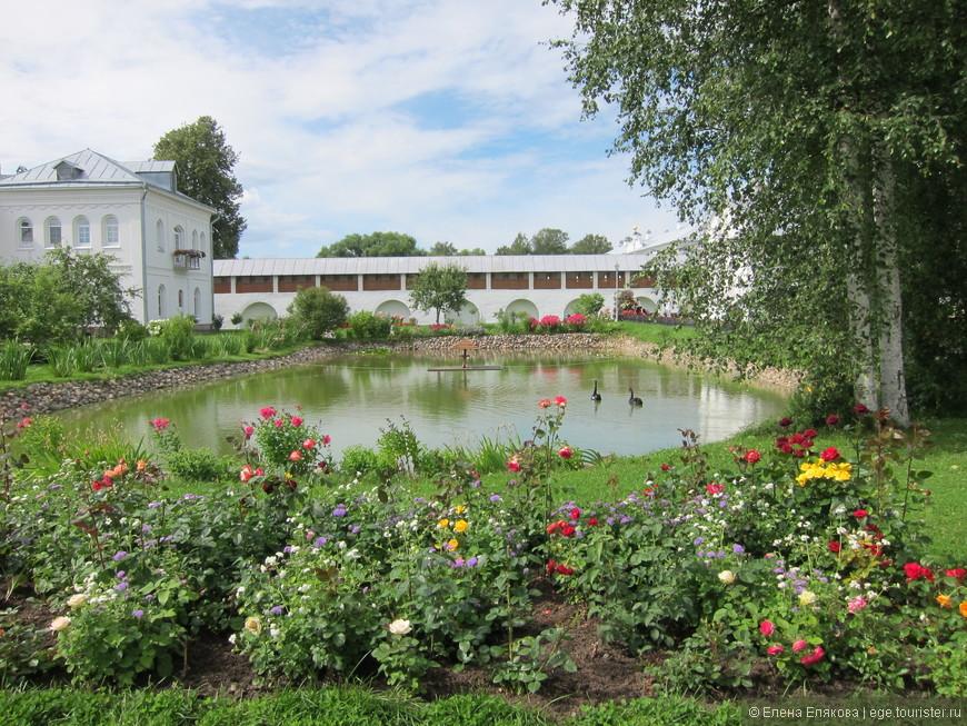 В монастыре на этом пруду в окружении роскошных роз и ковров из белых и розовых кувшинок живут два черных очень красивых лебедя.