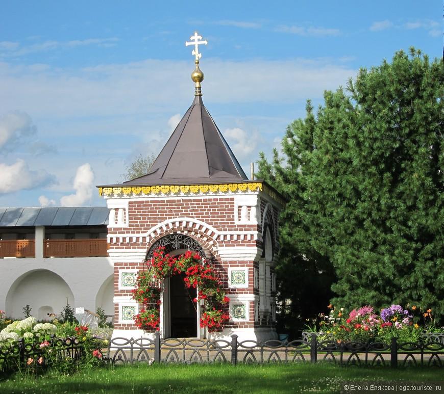Часовня, сооружена в 1893 г. в память мучеников, избиенных в 1609 г. во время нашествия польско-литовских войск; возобновлена в 1988 г.