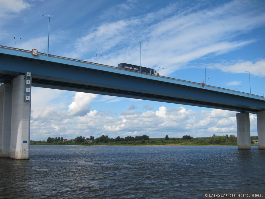 Проплываем под новым автомобильным мостом, который открыт в год тысячелетия Ярославля (2010 г.) В.В. Путиным.
