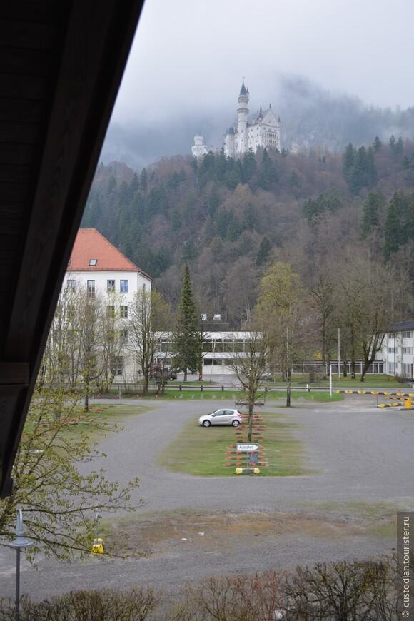Вид из номера отеля, номер с отличным балконом. Замок Нойшванштайн слева, Замок Хоэншвангау - справа (на фото, конечно, не видно).