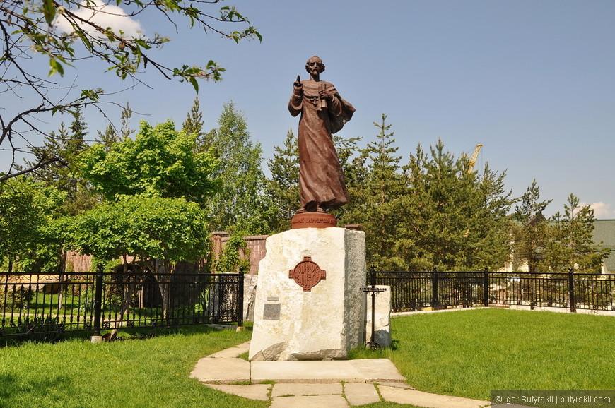 09. Памятник Иоанну Златоусту в честь которого был назван город.