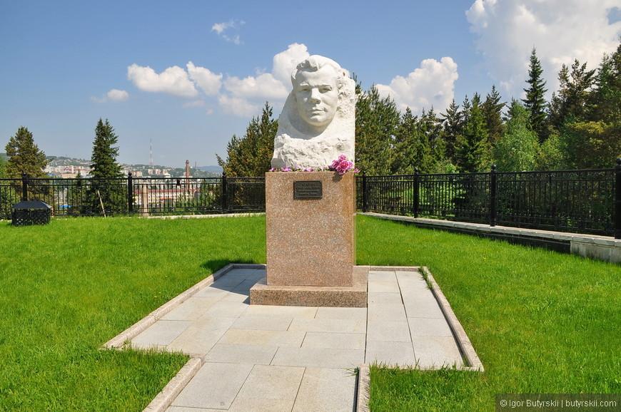15. Не знаю зачем, но тут стоит бюст Гагарина. Хотя сам памятник получился шикарный.