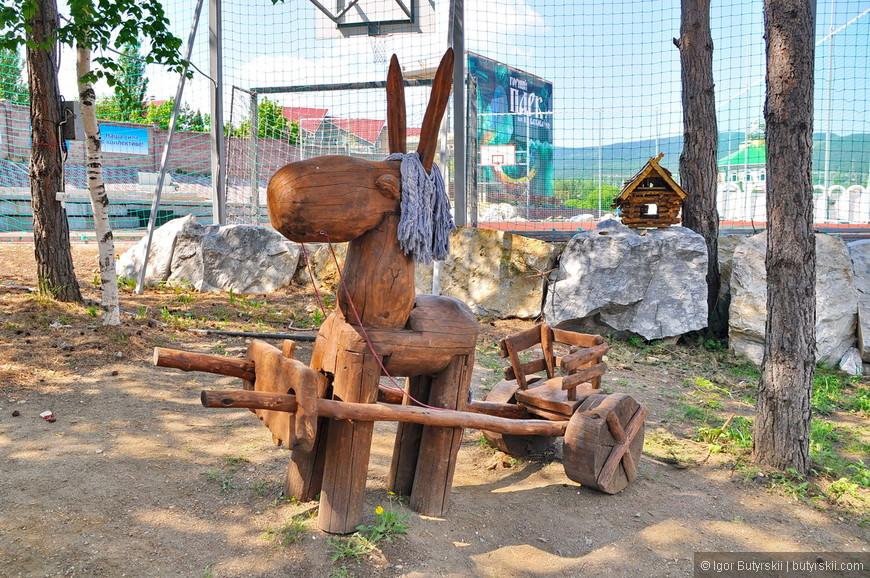 21. В парке отлично сочетаются деревянные, металлические и каменные скульптуры.