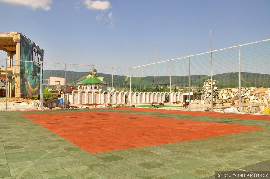 23. Огороженная площадка для разных игр, дополнительный фактор притяжения посетителей в парк.