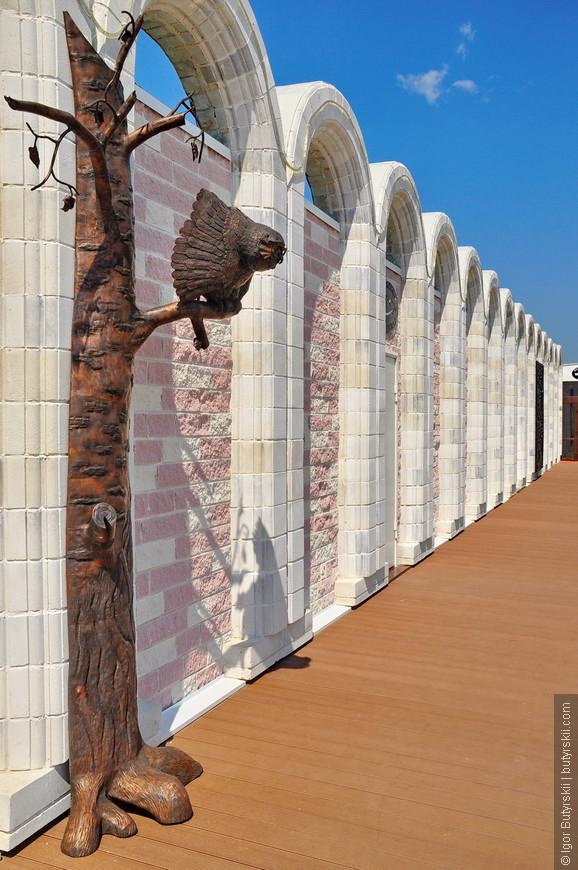 31. Очень элегантная стена, за ней – выставочные комнаты, музей и сувенирная лавка.