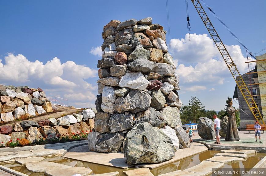 32. Идет монтаж последних блоков фонтана.