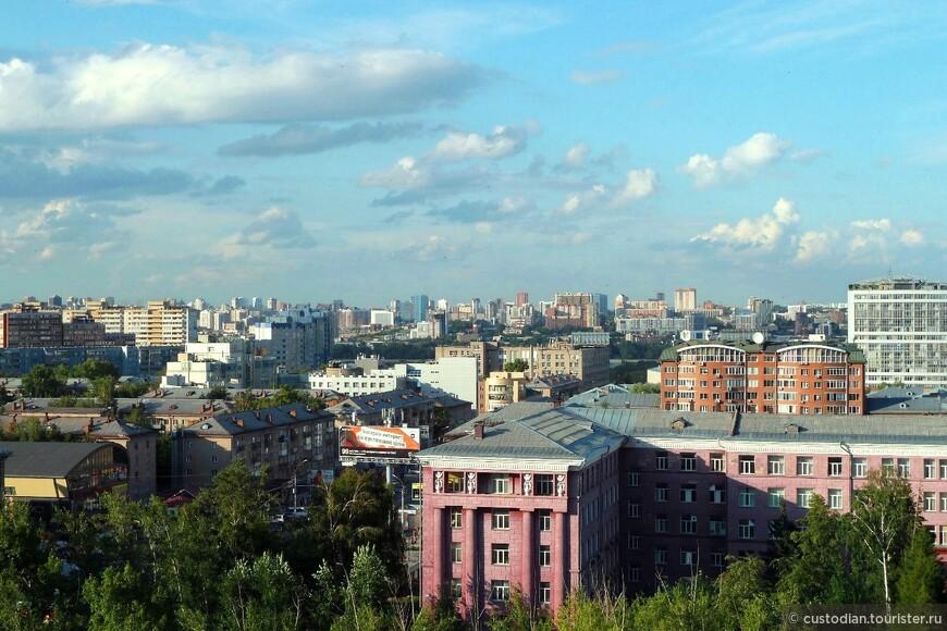 Фото сделано с 10 этажа 6-го корпуса НГТУ. На переднем плане - Ленинский район города, на заднем - правый берег и Октябрьский и Центральные районы