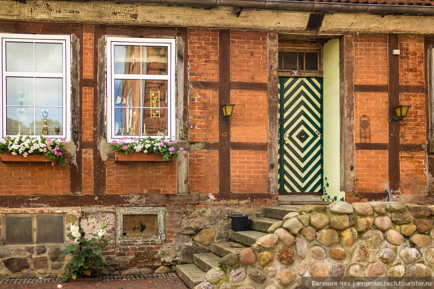 Кирпичные фахверковые домики 14 - 16 веков могут много рассказать об истории городка.