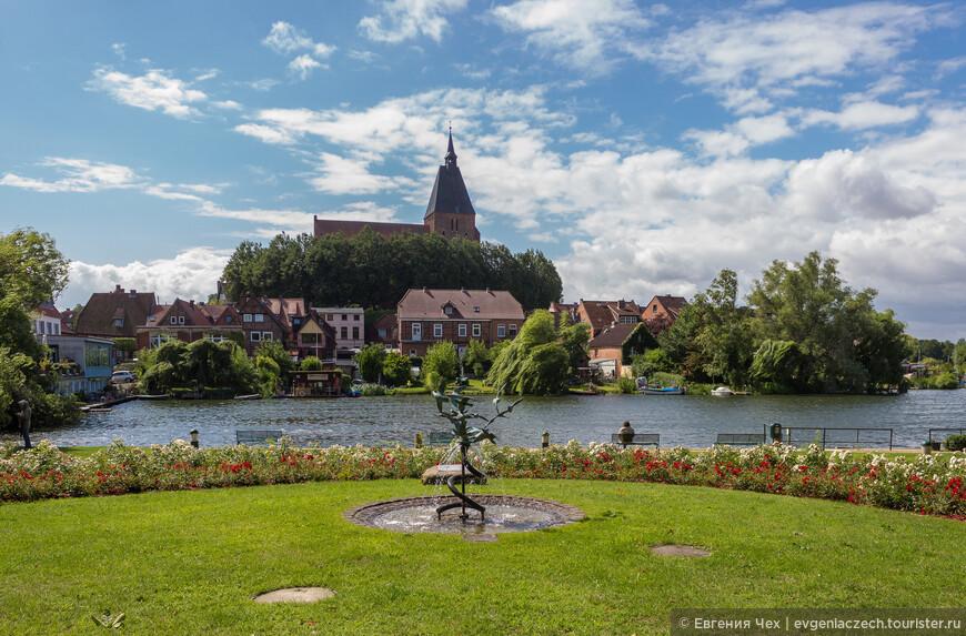 Мёльн лежит в живописной местности, среди семи озер и является курортом.