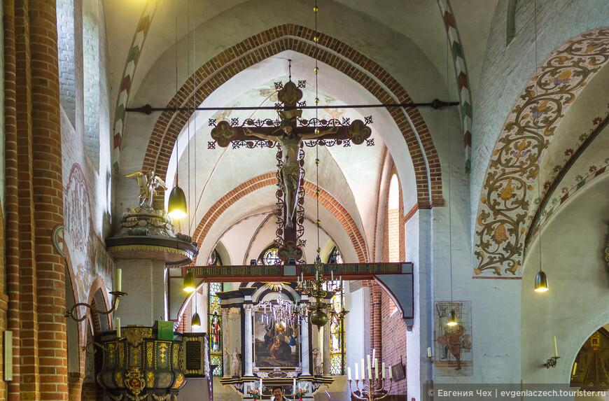 В церкви св. Николая можно долго любоваться многочисленными произведениями искусства. Здесь хорошо виден триумфальный крест 15 века.