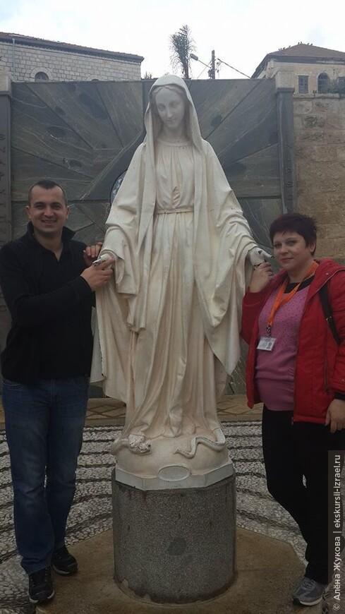 Дева Мария попирающая змея искусителя во дворе Храма Благовещения. Назарет
