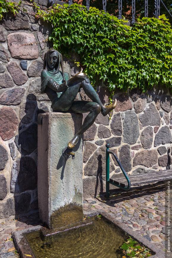 Вот он, знаменитый земляк мёльнцев. Считается, что Тиль, герой многочисленных историй - реальная персона. Жил Уленшпигель в 14 веке, последние годы провел в Мёльне, где и похоронен.