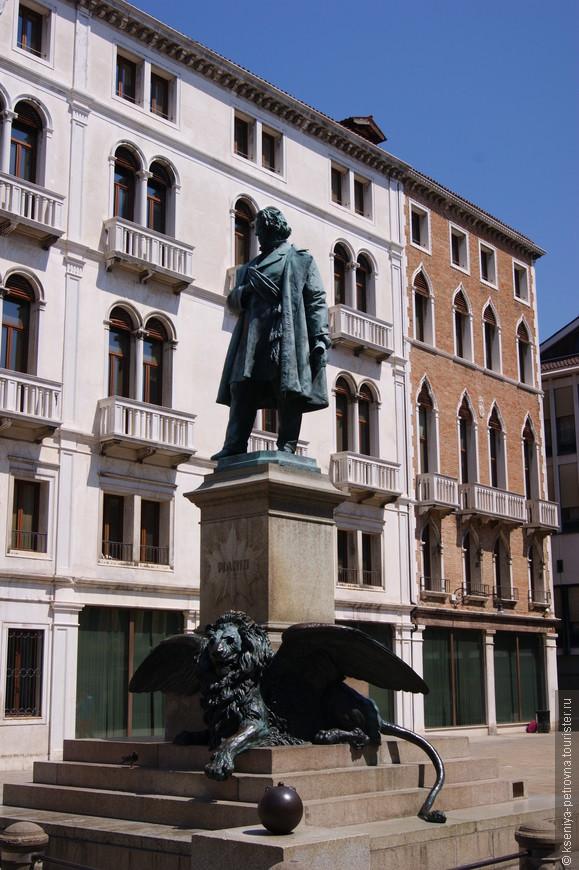 Памятник одному из дожей, а у подножия часто встречающийся здесь крылатый лев.  Несмотря на нестерпимую жару и толпы туристов Венеция нам с мужем очень понравилась. Хотелось бы увидеть все это Венецианское великолепие также в другие времена года, но это уже в другой раз))
