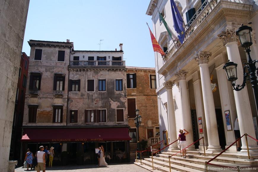 Оперный театр Ла Фениче (Феникс) - театр оправдывает свое название, так как возродился из пепла как птица феникс после пожара в 1996 году.