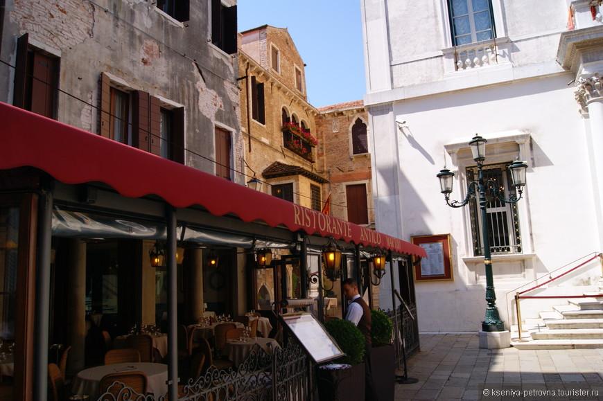Летнее кафе для аперитива перед Венецианской оперой.