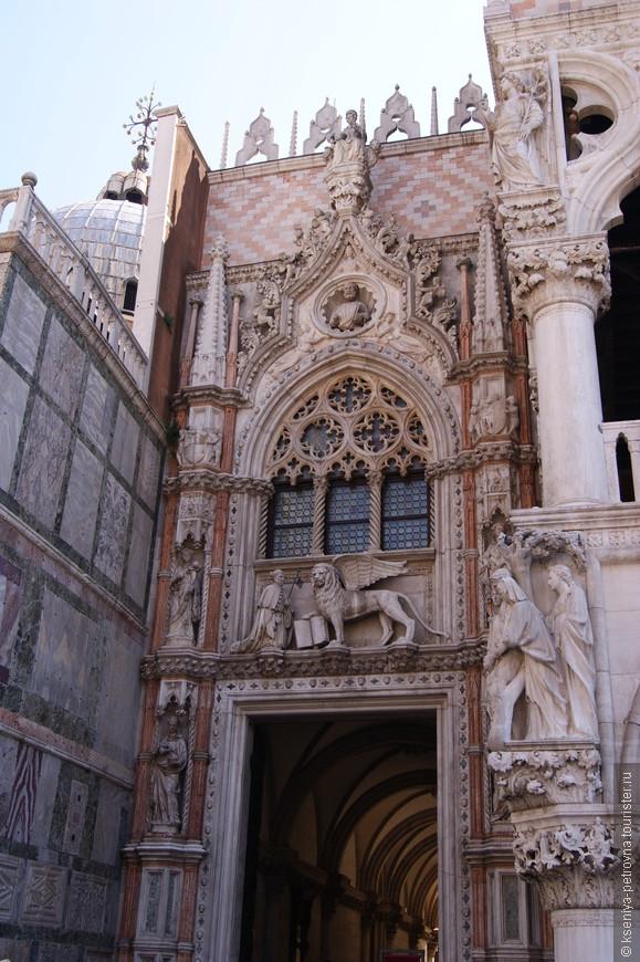 Порта делла Карта украшена крылатым львом - символом Венецианской республики.