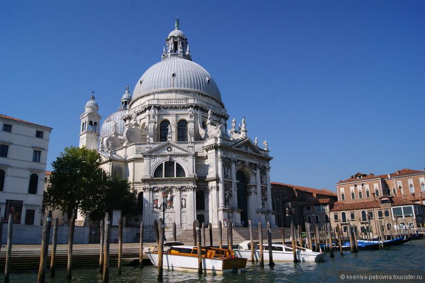 Санта-Мария-делла-Салюте - собор, построенный в честь избавления от чумы.