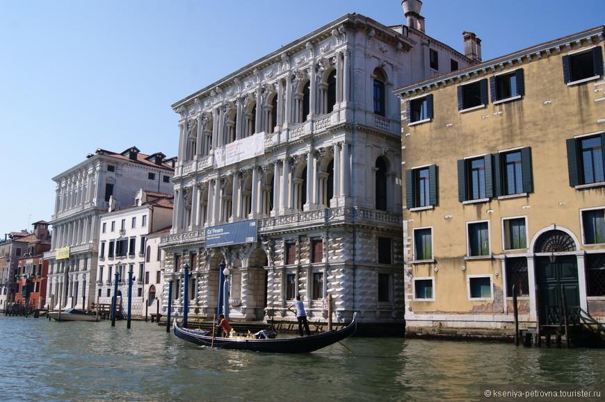Дворец Ка' Пезаро был построен во второй половине XVII века. На данный момент в этом палаццо располагается галерея современного искусства и музей  восточного искусства.