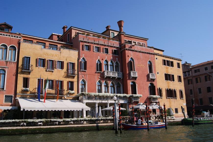 Набережных у канала практически нет, их заменяют фасады стоящих вдоль канала палаццо.