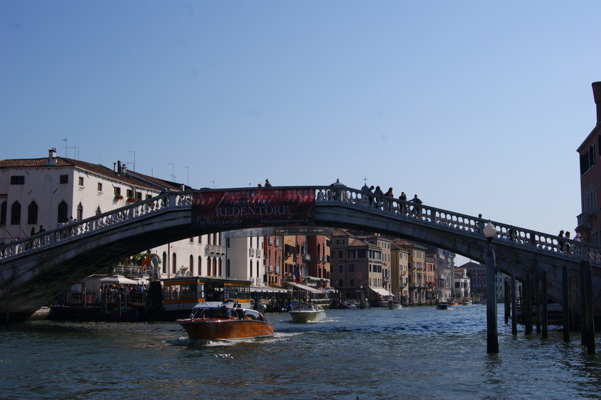 Началось знакомство с Венецией с Гранд-канала. На фото мост Скальци.
