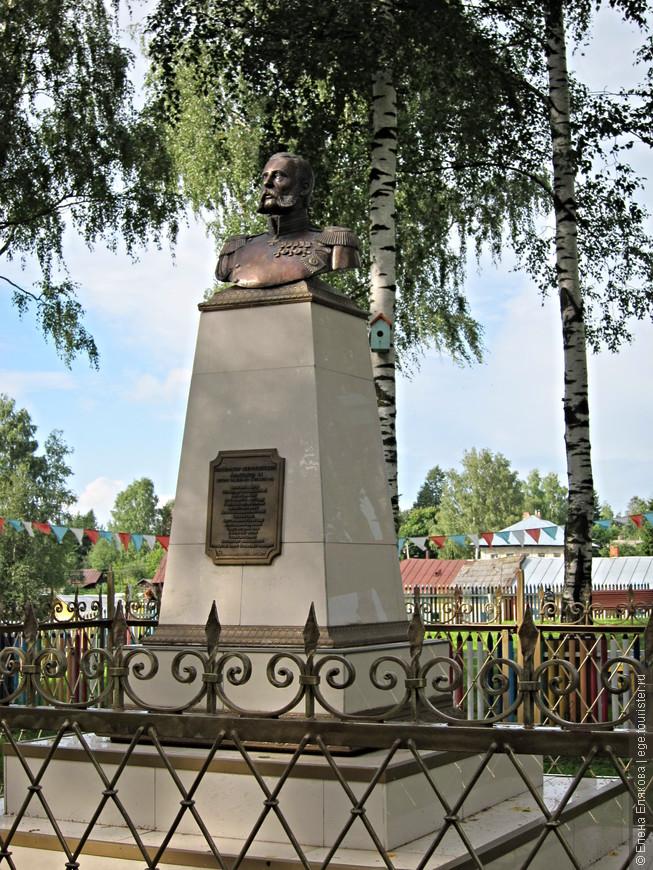 Бюст Александра II, скульптор Опекушин А.М. Памятник был воздвигнут на этом месте в 1911 году в честь 50-летия отмены крепостного права на пожертвования жителей села Вятское. Восстановлен в 2008 году в честь 190-летия императора-освободителя скульптором Алаевым В.Р.