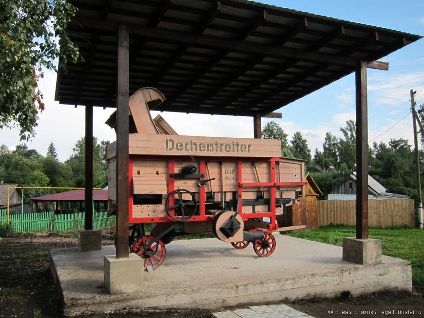 Экспонат под навесом - зернодробилка