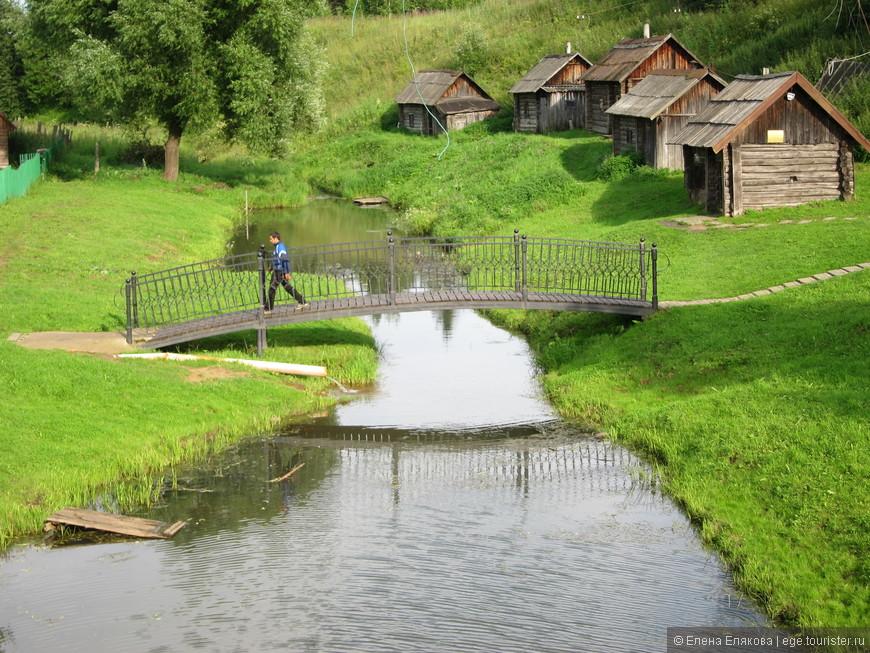 Дорога к источнику и бани: первая  из них - музей, остальные принадлежат жителям села.