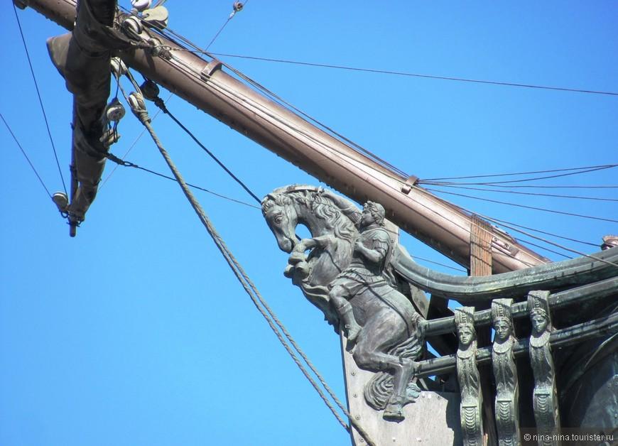 Украшение на носу корабля. Носовая фигура имеет  (как мне показалось) портретное сходство с Петром I )