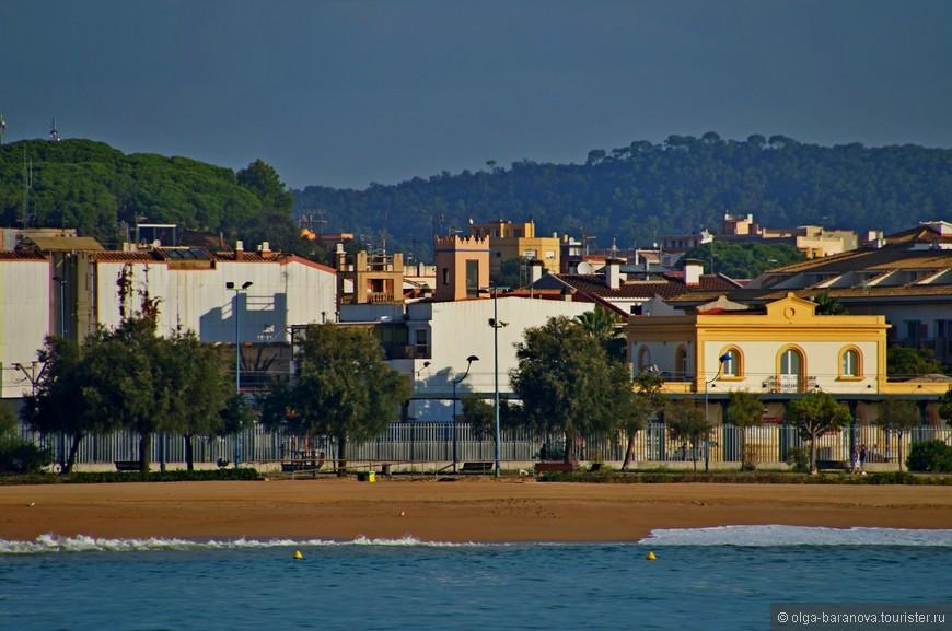 На протяжении веков бывшая местом рыбацких и крестьянских поселений Коста-дель-Маресме в середине 20 века начала застраиваться виллами богатых жителей Барселоны и отелями для состоятельных европейцев.