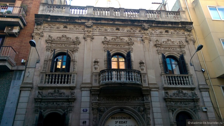Дом CÉSAR SANTURIO. Также удалось посетить один из ярких районов Барселоны - Грасия. Сразу заметно, что раньше это был отдельный городок. Планировка улиц иная, архитектура более сдержанная. В районе очень спокойно и уютно. Старые улочки хоть и узкие, но светлые.