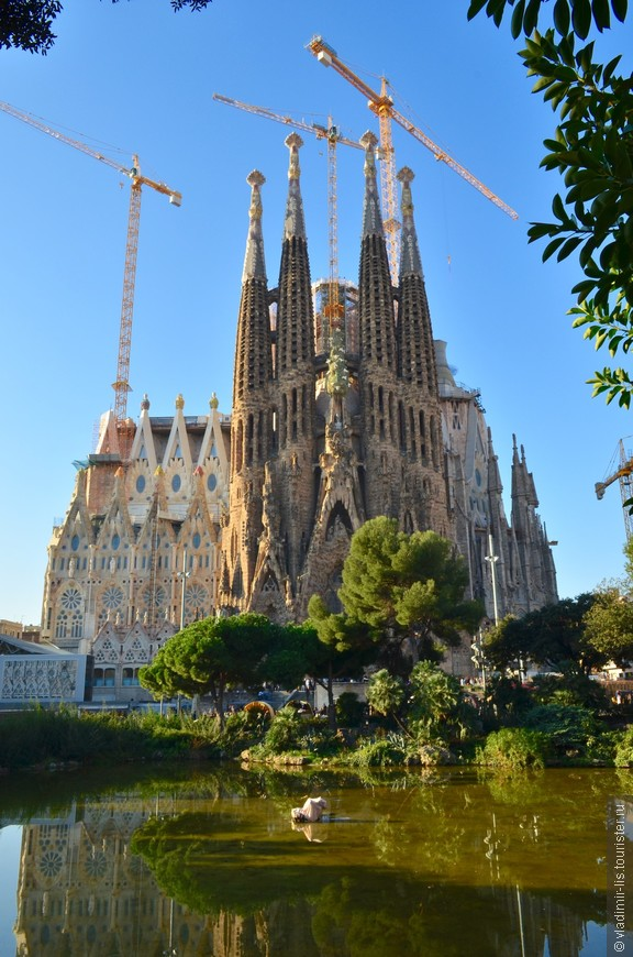 Храм Святого Семейства - главное творение легендарного архитектора. Не хватит никаких эпитетов, чтобы описать данное сооружение.