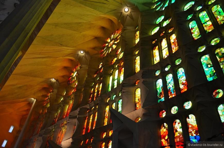 Солнце озаряет храм множеством цветных лучей