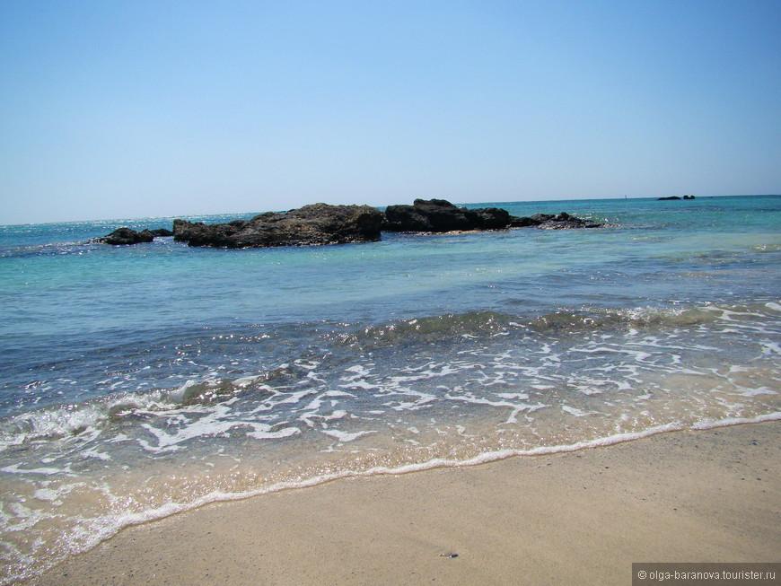 Элафониси. Очень красивый остров, отделенный от Крита мелководным проливом с минимальной шириной в 20 метров. Северная, правая если смотреть с Крита, часть пролива очень мелкая и песчаная. Вода очень теплая даже в октябре.На берегу - стоянка для машин, автобусов и кемперов, несколько таверн.