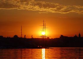На закате солнце опускается в мачты, перед тем, как нырнуть в водохранилище и уснуть там до следующего утра.
