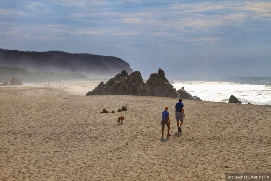 Волна настолько сильна, что мелкая пыль океана, смешанная с поднятым ветром песком, летит вдоль берега, создавая почти неземные картины.