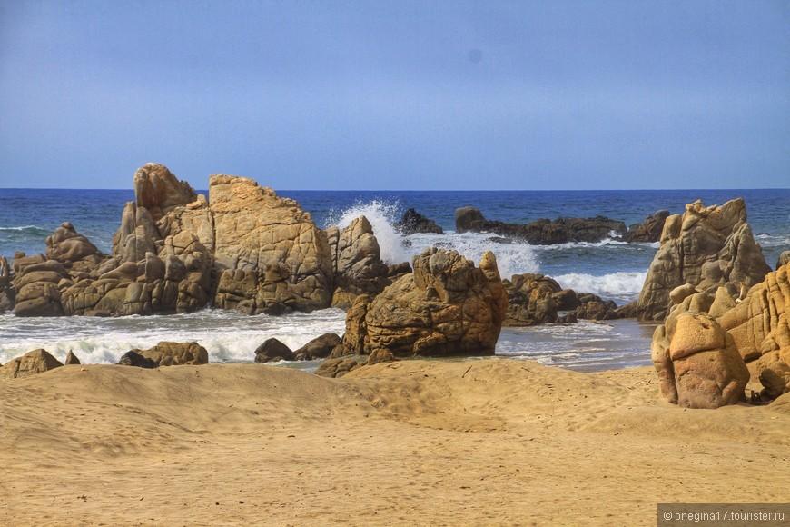Работа ветра и волн создает картины на скалах.