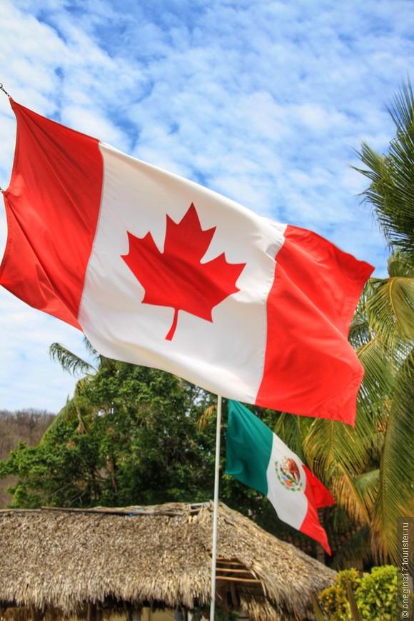 Канадские флаги рядом с мексиканскими. В этом нет ничего удивительного - подавляющее большинство туристов в Уатулько прилетели из Канады, их здесь в высокий сезон даже больше, нежели мексиканцев.