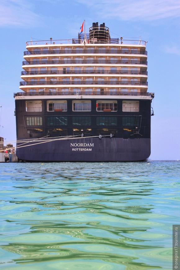 Круизные корабли швартуются у самого пляжа, но прозрачности и чистоте воды это не мешает.