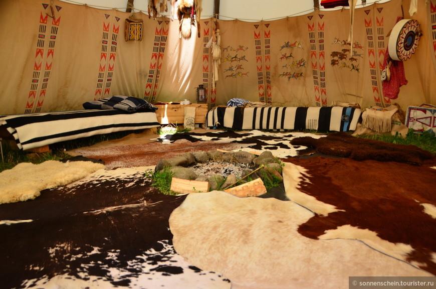 С разрешения  индейцев сфотографировала вигвам изнутри. Семья только закончила завтрак.