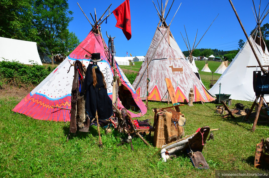 На территории много палаток с подлинными предметами одежды и утвари. Индейцы в серебряных украшениях демонстрируют сноровку в метании томагавка и стрельбе из лука.