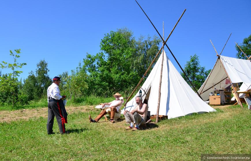 Ковбои и индейцы охотно делились историей жизни американских поселенцев и индейцев с детьми.