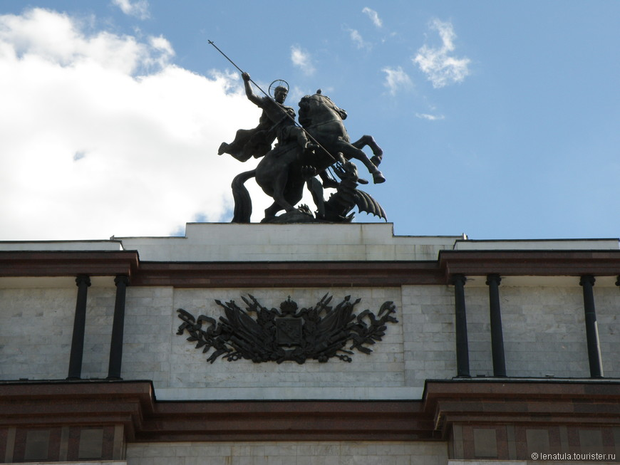 Георгий Победоносец на вершине арки