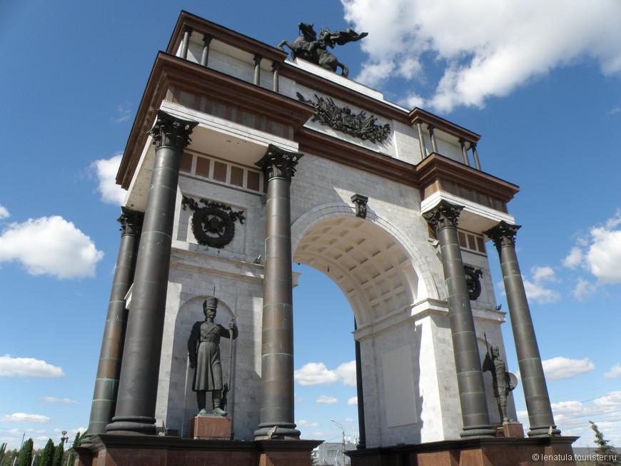 Высота Триумфальной арки составляет 24 метра. На ее вершине расположена конная скульптура Георгия Победоносца, выполненная из бронзы, высотой 6.4 метра. На арке установлены барельефы и текстовые доски, а также на ее корпусе можно видеть четыре бронзовых фигуры русских воинов различных эпох истории.