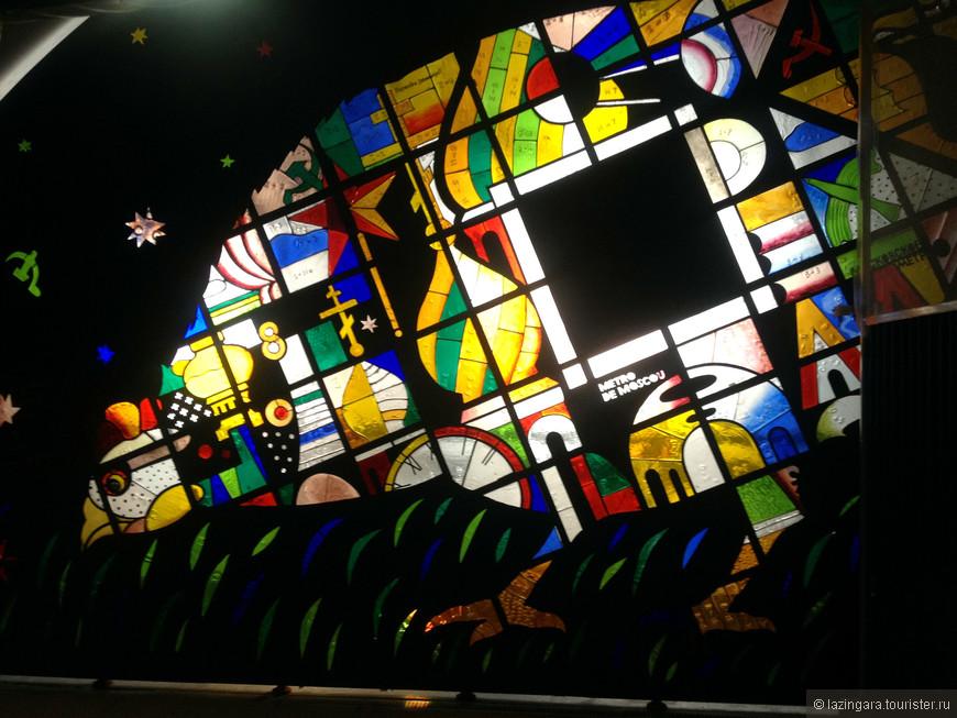 """Полная неожиданность для меня в Париже - витраж из цветного стекла """"Курочка Ряба"""", установленный на станции метро парижского метрополитена Мадлен. Сказочка о курочке прилагается, текст находится рядом с её изображением."""